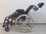Rollstuhl mit senkbarem Rückenteil: Verstellbare Rückenlehnen können entweder stufenweise oder gar stufenlos in die gewünschte Position gebracht werden. rollstuhlexpress.ch